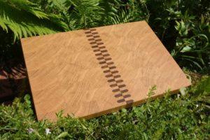 Schneidebrett aus Eiche mit Reißverschluss-Einlage aus Nussbaum, Maße: 450 x 310 mm