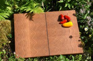 Schneidebrett Eiche mit Nußbaumzeichnung, Maße: 450 x 320 mm